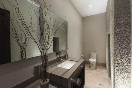 Baño de visitas: Baños de estilo  por Juan Luis Fernández Arquitecto
