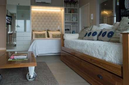 Cama rebatible + biblioteca + espacio de estar.: Dormitorios de estilo moderno por MINBAI