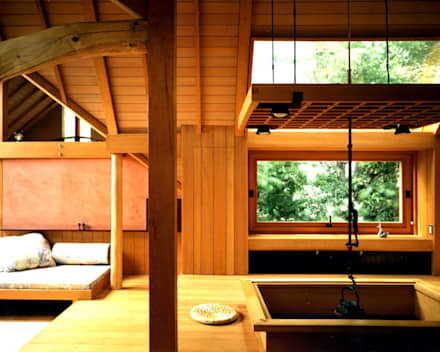 囲炉裏端とソファー: 有限会社加々美明建築設計室が手掛けたダイニングです。