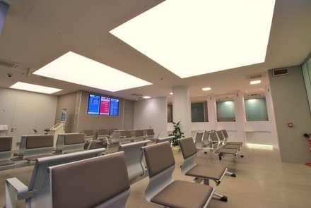 Laboratorio analisi cliniche Valdes: Cliniche in stile  di Tensocielo