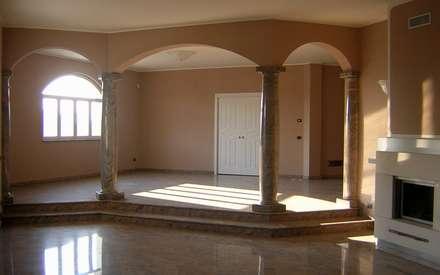 Colonne in marmo finitura lucida: Soggiorno in stile in stile Classico di Ramella Alessandro snc
