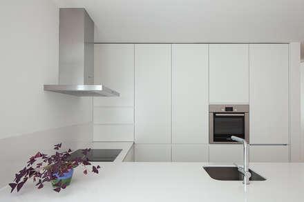 a: Cozinhas modernas por PEDROHENRIQUE ARQUITETO