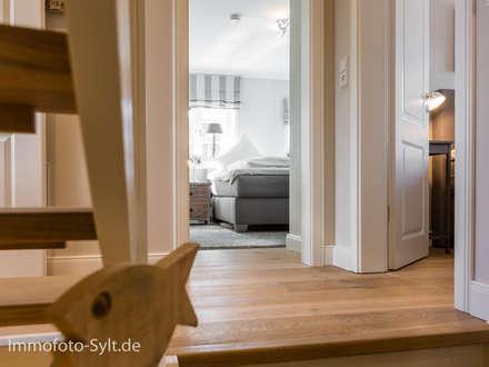 Ferienhaus in List: landhausstil Schlafzimmer von Immofoto-Sylt