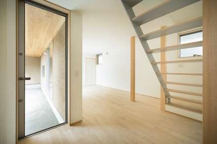 大高の家/ House in Odaka: 市原忍建築設計事務所 / Shinobu Ichihara Architectsが手掛けた玄関/廊下/階段です。