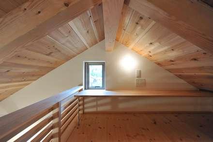 書斎: 若山建築設計事務所が手掛けた書斎です。