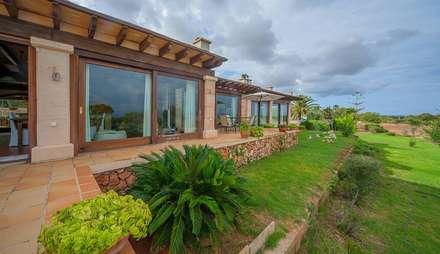 Villa S'Aranjassa: Pasillos y vestíbulos de estilo  de Lola