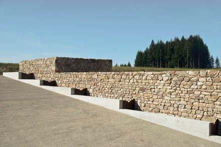 Eco-hameau de Bertignat: Jardin de style de stile Rural par Boris Bouchet Architectes