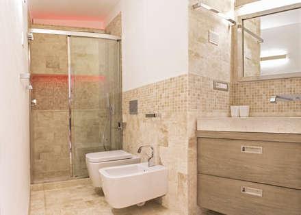 Piccolo Bagno: Bagno in stile in stile Moderno di Architetti Porto Cervo
