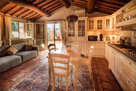 STILE TOSCANO: Cucina in stile in stile Classico di Studio fotografico di David Butali