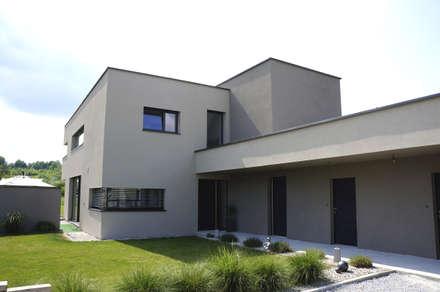 Ansicht Eingang Einfamilenhaus S.: moderne Garage & Schuppen von up2 Architekten