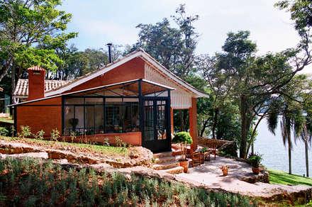 Vista Exterena Área Gourmet: Casas campestres por Célia Orlandi por Ato em Arte