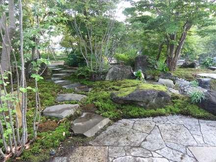 裏路地へ続く飛び石: 木村博明 株式会社木村グリーンガーデナーが手掛けた庭です。