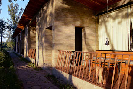 фасад базы отдыха: Tерраса в . Автор – Архитектурная студия Чадо