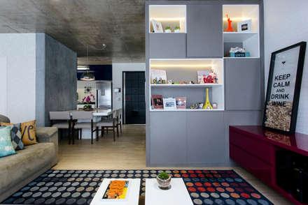 Estante com nichos iluminados: Salas de estar modernas por Adriana Pierantoni Arquitetura & Design