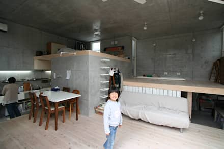 立体一室住居: STUDIO POHが手掛けたリビングです。