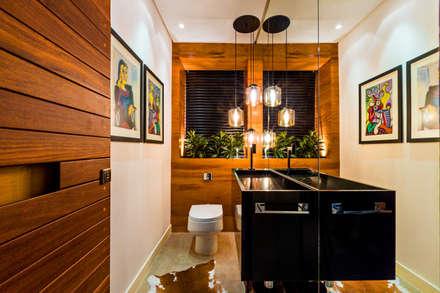 Casa Bali: Banheiros modernos por IE Arquitetura + Interiores