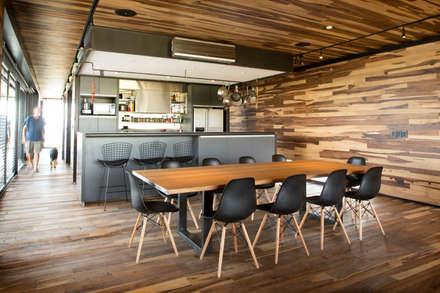 Casa Evans: Comedores de estilo moderno por A4estudio