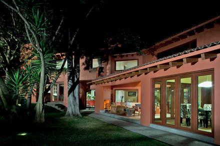 Puertas : Casas de estilo clásico por Productos Cristalum