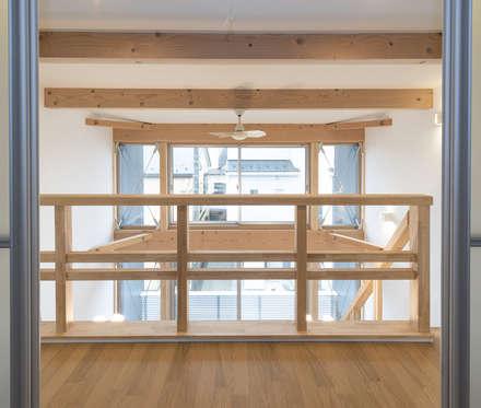 足立区の家: 岡本建築設計室が手掛けた玄関/廊下/階段です。