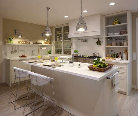 Una completa isla: Cocinas de estilo ecléctico de DEULONDER arquitectura domestica