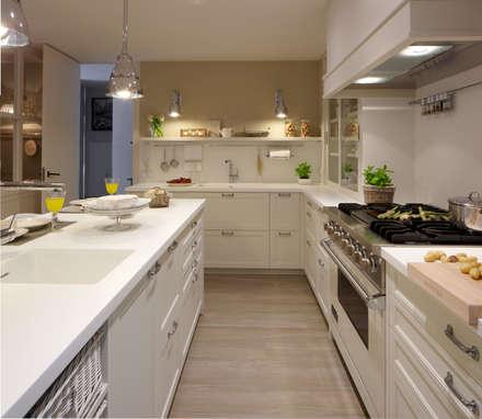 Frentes de madera y en mimbre pintado de blanco: Cocinas de estilo ecléctico de DEULONDER arquitectura domestica