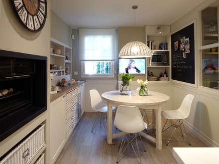 Rincón de office confortable: Cocinas de estilo ecléctico de DEULONDER arquitectura domestica