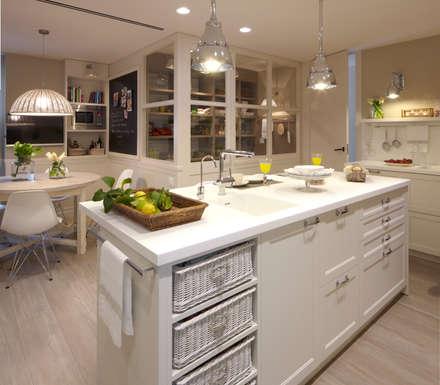 Isla, barra de desayunos, office y despensa: Cocinas de estilo ecléctico de DEULONDER arquitectura domestica