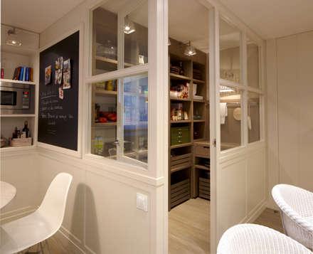 Habitación de despensa: Cocinas de estilo ecléctico de DEULONDER arquitectura domestica