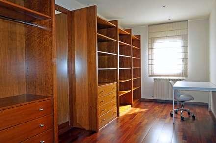 Vestidor de la suite. : Vestidores de estilo clásico de Construccions Cristinenques, S.L.