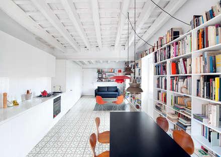 Reforma de vivienda en el barrio del Raval de Barcelona: Comedores de estilo moderno de manrique planas arquitectes
