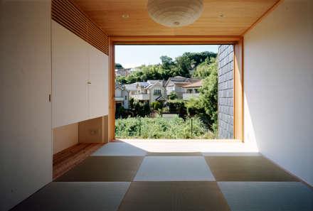 向原の家: 向山建築設計事務所が手掛けた壁です。