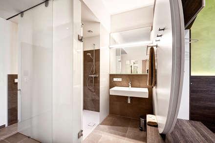 barrierefreie zimmer minimalistische badezimmer von horst steiner innenarchitektur - Badezimmer Ideen