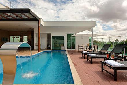Casa RJ: Piscinas modernas por Lucas Lage Arquitetura