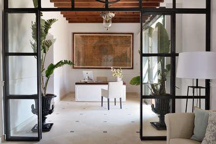 Hotel in Mallorca Cal Reiet / The Main house : Salones de estilo mediterráneo de Bloomint design