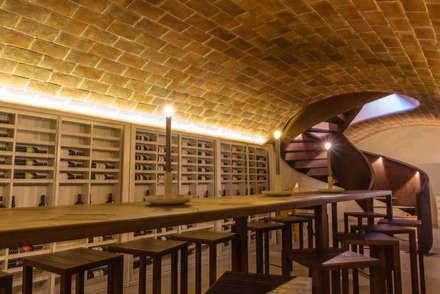 cantina - prosciutteria: Cantina in stile in stile Rustico di Studio Luppichini