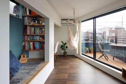 高津の家: 向山建築設計事務所が手掛けたリビングです。