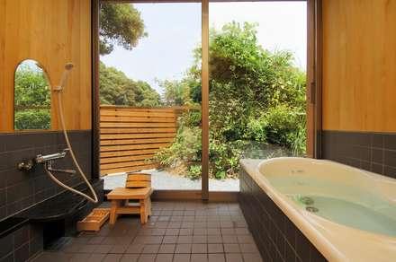 中庭を持つ高台のいえ: shu建築設計事務所が手掛けた浴室です。