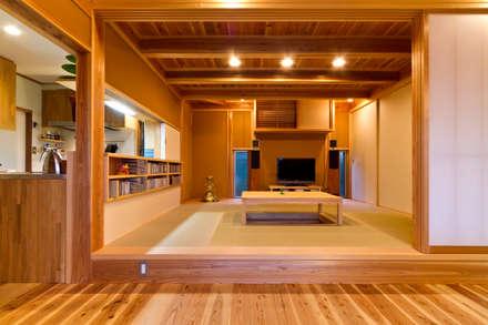 Livings de estilo asiático por shu建築設計事務所