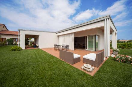 L'esterno: Case in stile in stile Minimalista di EILAND
