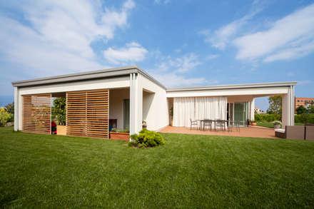 Il giardino: Case in stile in stile Minimalista di EILAND
