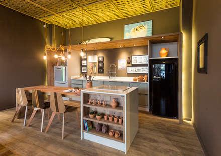 Refúgio do Homem do Mar: Cozinhas ecléticas por Jean Felix Arquitetura