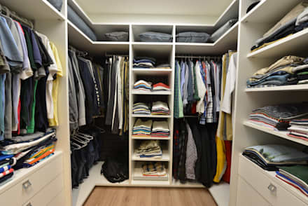 Apartamento Orla Marítima: Closets modernos por ANNA MAYA & ANDERSON SCHUSSLER