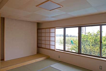 あおいやね: 尾日向辰文建築設計事務所が手掛けた和室です。