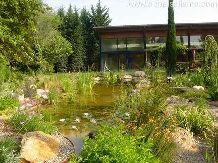 Estanque de Girona: Jardines de estilo moderno por abpaisajismo