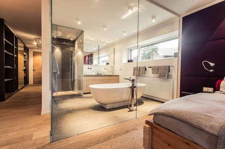 Renovierung einer Villa am Stadtrand von Salzburg zu einem luxuriösen Wohn-Loft (Foto: Florian Stürzenbaum): moderne Badezimmer von Meissl Architects ZT GmbH