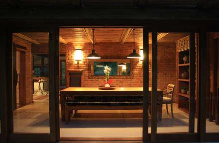 colonial Dining room by FLAVIO BERREDO ARQUITETURA E CONSTRUÇÃO