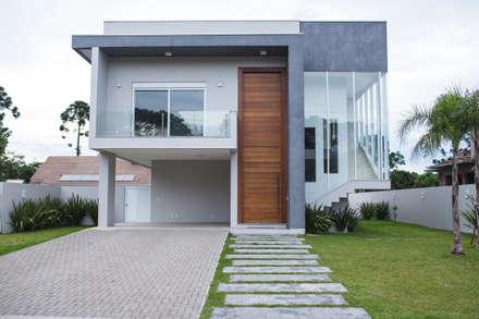 Fachada: Casas modernas por Pau Brasil
