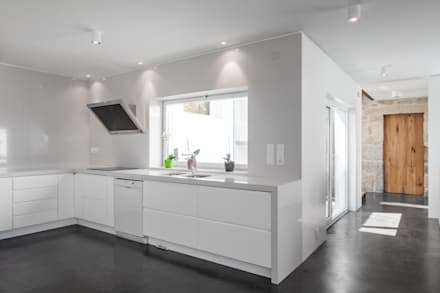Casa JA: Cozinhas minimalistas por FPA - filipe pina arquitectura