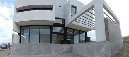 Casa LL: Ventanas de estilo  por jose m zamora ARQ