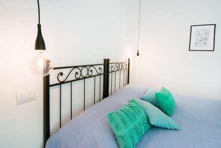 DETTAGLIO LUCE - COMODINI: Camera da letto in stile in stile Minimalista di PADIGLIONE B